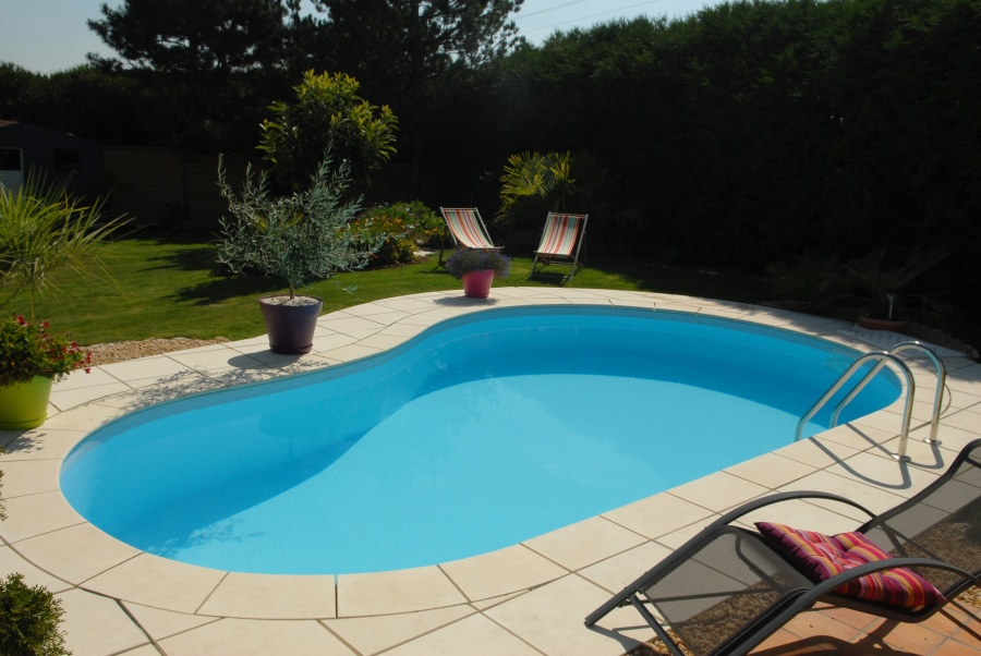 Piscine en kit forme haricot for Piscine haricot
